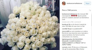 Guarda la versione ingrandita di Barbara D'Urso, cento rose bianche da ammiratore...e quella vestaglia?