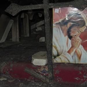 Isis, croci spezzata e statua della Madonna in frantumi nella chiesa di Bartella