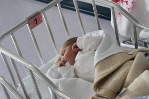 Genova, bimbo di un mese muore in culla: genitori indagati