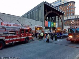 Guarda la versione ingrandita di YOUTUBE Boston, fumo nella metropolitana: passeggeri sfondano finestrini