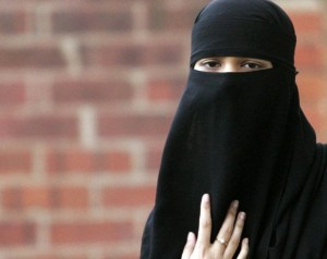 """Burqa in Comune, parla la donna allontanata dal sindaco: """"E' un mio diritto"""""""