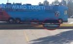 Hillary Clinton, bus elettorale rovescia liquami e feci in strada FOTO