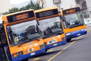 Palermo, scontro tra bus e auto in piazza: 20 passeggeri feriti