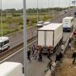 Calais, migrante blocca strada: automobilista lo investe