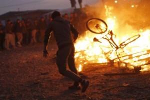 Guarda la versione ingrandita di YOUTUBE Calais, profughi danno fuoco a Giungla per lo sgombero (foto Ansa)