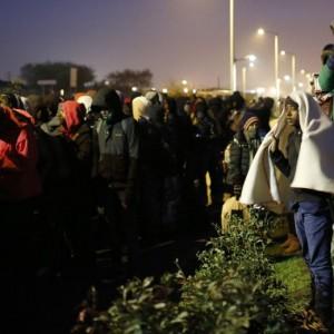 Guarda la versione ingrandita di Calais, migranti sgomberati dalla Giungla dopo notte di scontri con la polizia FOTO VIDEO