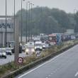Calais, migrante blocca strada: automobilista lo investe2