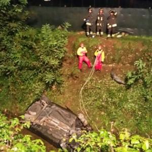 Camaiore, auto non si ferma ad alt polizia e finisce in un torrente: un morto