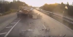 Guarda la versione ingrandita di YOUTUBE Camionista non si accorge della fila e tampona auto distruggendola
