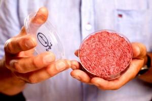 Carne, tra 10 anni mangeremo solo quella sintetica