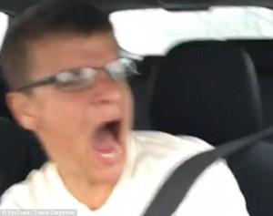 YOUTUBE fa video in macchina e filma il suo incidente
