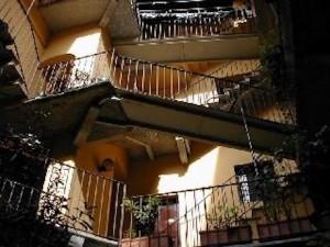 Milano, bimbo precipita dal terzo piano: è gravissimo