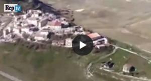 VIDEO Castelluccio di Norcia vista da elicottero: isolata e rasa al suolo