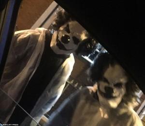 Guarda la versione ingrandita di Clown armati che terrorizzato bambini: allarme in GB