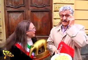 Guarda la versione ingrandita di Striscia la notizia porta la pasta a D'Alema, ma lui consegna il Tapiro VIDEO