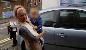 Guarda la versione ingrandita di VIDEO YOUTUBE Mamma occupa il parcheggio privato. Proprietario si lamenta e lei…gli sputa addosso