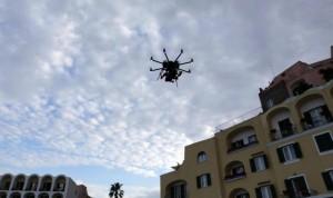 Un drone si alza in cielo (foto Ansa)