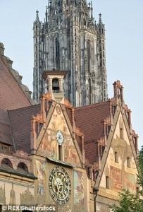 Guarda la versione ingrandita di Ulm, campanile più alto del mondo rovinato da.. urina  ubriachi