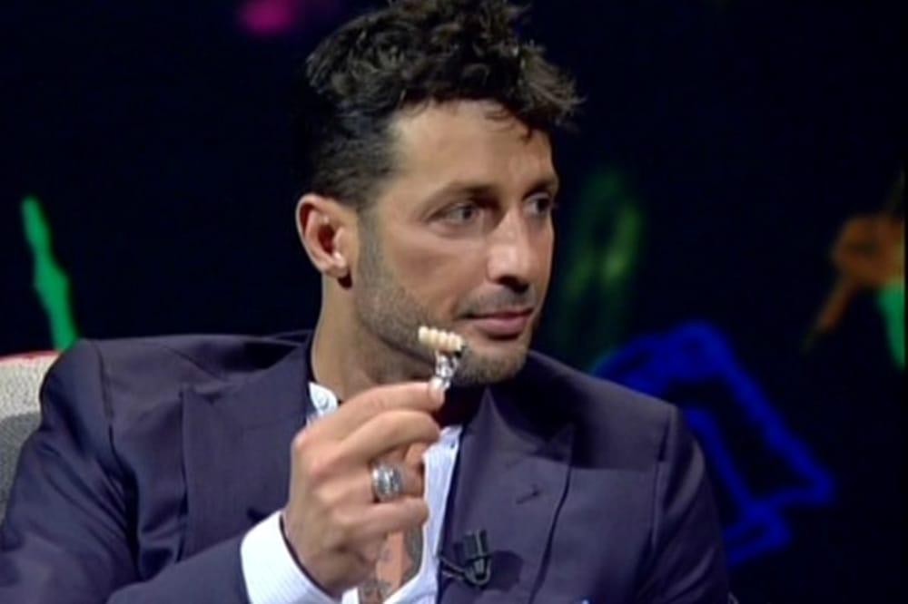 Intervistato da Costanzo, Fabrizio Corona si è tolto davanti alle telecamere la placca di denti finti