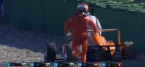 Formula 4, speronato all'ultima curva: pilota insegue a piedi collega che scappa