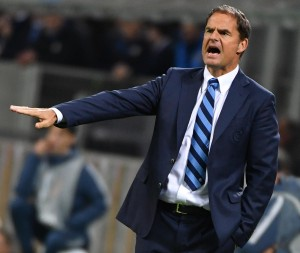 Inter's head coach Frank de Boer gives instructions during UEFA Europa League group K soccer match FC Internazionale vs Southampton FC at the Giuseppe Meazza stadium in Milan, Italy, 20 October 2016. ANSA/ DANIEL DAL ZENNARO