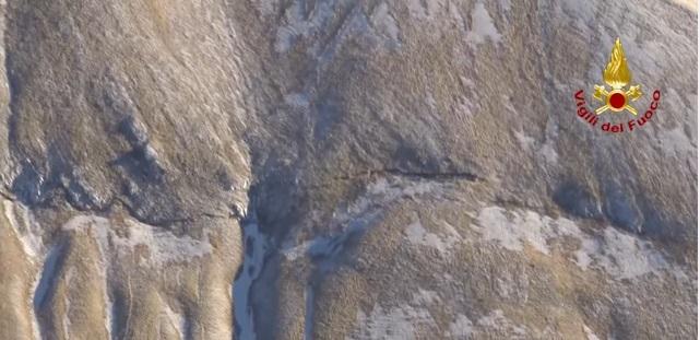 YOUTUBE Terremoto, frattura da centinaia di metri taglia il monte del Redentore