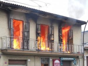 Rimini, la casa va a fuoco: famiglia si lancia dal secondo piano. 7 feriti