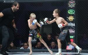 YOUTUBE Bambini combattono nella gabbia, scandalo in Russia
