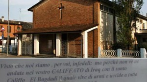 """Guarda la versione ingrandita di Gorino, cartello del parroco in chiesa: """"Tornatevene al Califfato"""""""