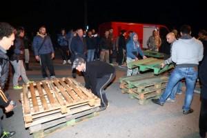 Migranti: a Goro vincono le barricate sul prefetto. Respinte 12 donne