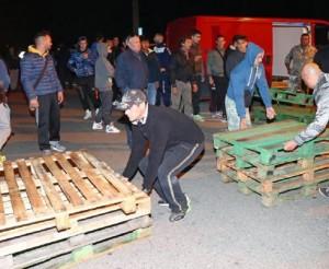 Guarda la versione ingrandita di Goro (Ferrara), paese fa le barricate contro il pullman di profughi (foto Ansa)