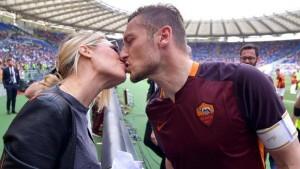 Bacio all'Olimpico tra Ilary Blasi e Francesco Totti (foto Ansa)