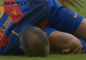 VIDEO YOUTUBE Iniesta, infortunio al ginocchio: esce dal campo in lacrime