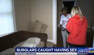 Guarda la versione ingrandita di YOUTUBE Torna dalle vacanze e trova ladri in casa che hanno un rapporto sul suo divano