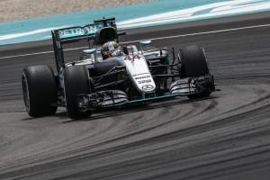 Guarda la versione ingrandita di F1 Gp Malesia, griglia di partenza. Hamilton pole position. Vettel deluso