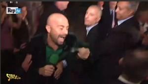 Striscia la Notizia, Luca Abete picchiato e fermato dalla polizia VIDEO