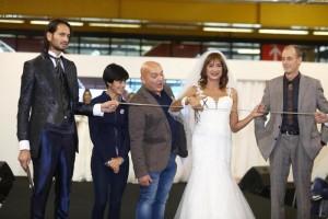 Guarda la versione ingrandita di Vladimir Luxuria sfila in abito da sposa e inaugura il Gay Bride Expo