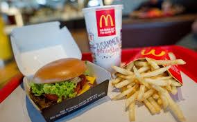 McDonald's sbarca a piazza San Pietro: proteste di commercianti e cardinali