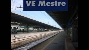 Guarda la versione ingrandita di Mestre, scivola sul binario: treno in arrivo le trancia un braccio