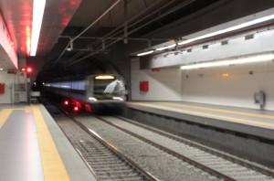Metro Roma, si stacca porta treno: panico e due contusi