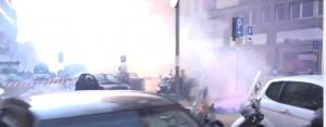 Studenti in piazza contro Governo: tensioni e fumogeni a Milano