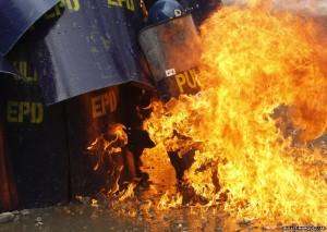 Guarda la versione ingrandita di Parigi: molotov contro 2 poliziotti, sono in gravi condizioni