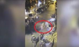 Napoli, in motorino investono un poliziotto e scappano