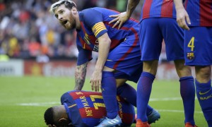 Guarda la versione ingrandita di Neymar colpito da bottigliata tifosi Valencia. Messi furioso