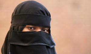 Mamma con niqab in Comune. Il sindaco Pd sospende la seduta