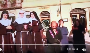 Guarda la versione ingrandita di Frati in ginocchio davanti alla statua di san Benedetto a Norcia dopo terremoto