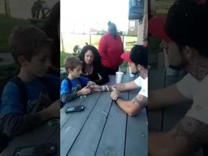 VIDEO YOUTUBE Padre spiega al figlio come è morta la madre. La reazione del bimbo è straziante