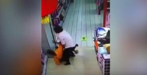 YOUTUBE Cina: papà schiaccia figlio, gli rompe il collo e lo uccide