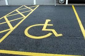 Disabile le fa liberare il parcheggio riservato, lei le riga l'auto per vendetta