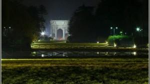 Guarda la versione ingrandita di Milano, immigrati contro poliziotti: spari al parco Sempione